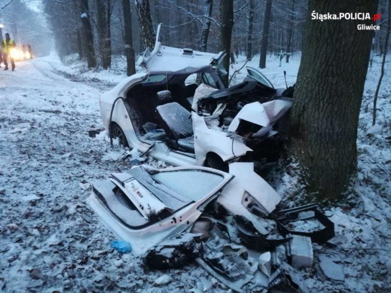 Tragiczny wypadek w powiecie gliwickim. Auto rozbiło się na drzewie