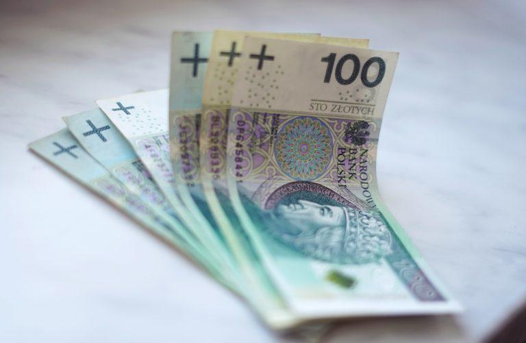 Znaleziono pieniądze. Leżały na chodniku
