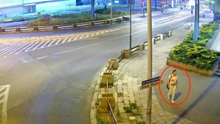 Kobieta uderzona pałką teleskopową. Kto rozpoznaje podejrzaną?